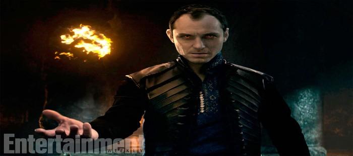 El Rey Arturo: Nueva imagen con Jude Law como villano mostrando sus poderes